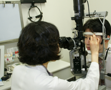 실제 세극등현미경을 통해 안구 검사를 받고있음
