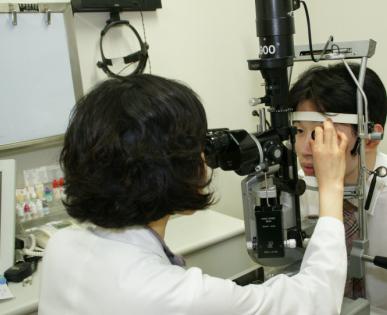 세극등현미경으 각막검사를 하고있는 사진