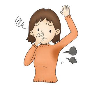 자신의 취한증으로 코를 막고 있는 여성