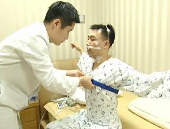 의사가환자에게수면다원검사를하는모습