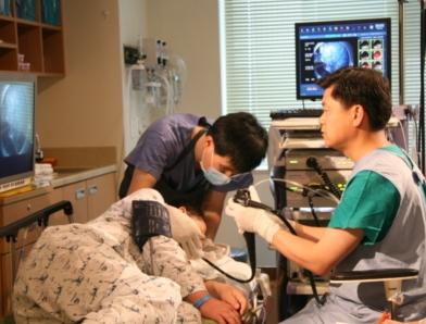 실제 식도정맥류 출혈 확인을 하기위해 검사를 받구 있는 여성