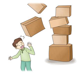 높이 쌓아올린 상자가 떨어지고 밑에선 사람이보고 깜짝놀라고있음
