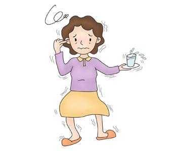 접시에 물컵을 들고 있는 여성이 온몸을 떨구있는 모습