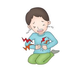 복통을 호소하며 울고있는 아이