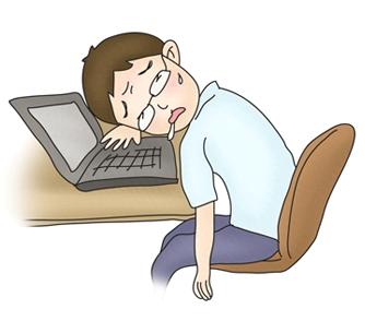책상 노트북앞 침을 흘리며 엎드려 있는 남성