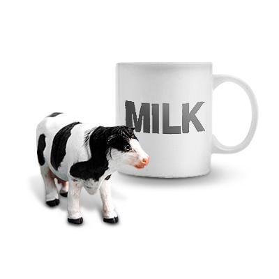 젖소와 우유가 담긴 컵