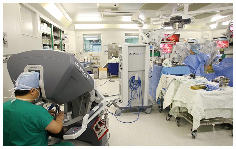 서울아산병원 흉부외과 김용희 교수팀이 식도암 로봇수술을 실시하고 있다